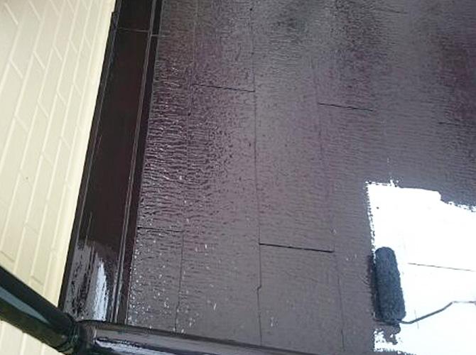 下屋根塗装の中塗り施工中です。