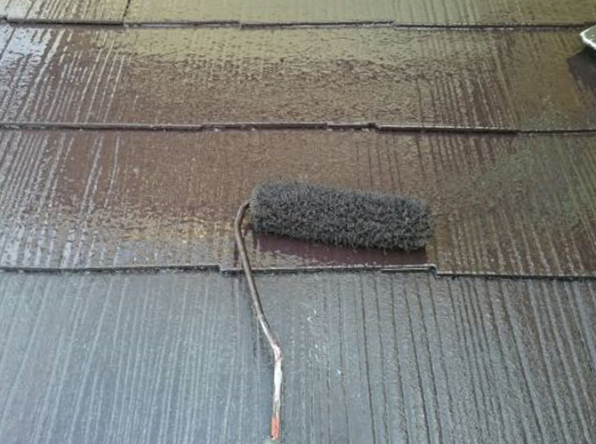 下屋根塗装の上塗り施工中です。