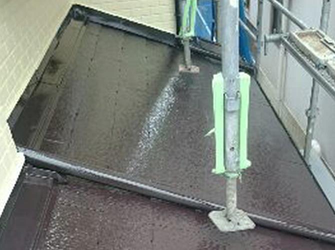 下屋根の塗装完了後のようすです。