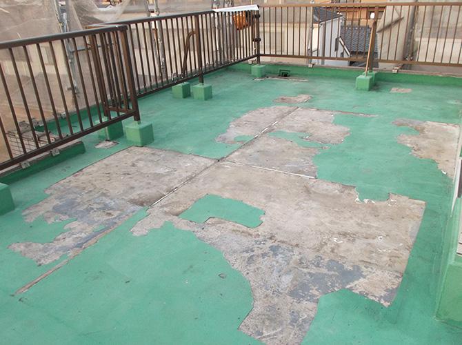 屋上防水工事の施工前の状態です。