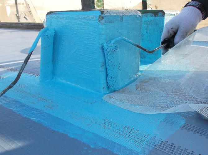 脱気筒の設置後ウレタン防水材を塗布します。