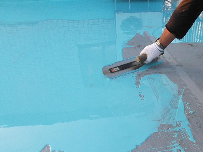 屋上床部分のウレタン防水材の塗布中です。