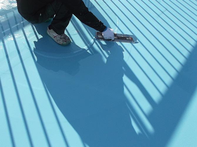 しっかりと防水材を床全体に塗布します。
