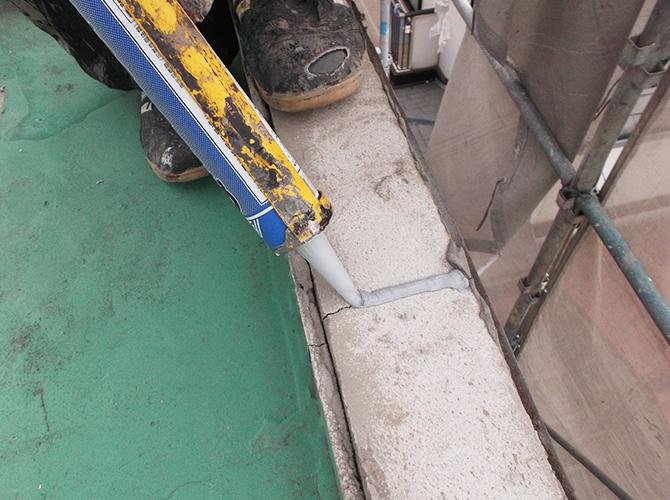 防水工事の施工前に各所を補修します。