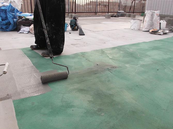屋上の床面を樹脂モルタルで下地補修します。
