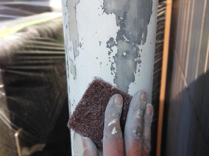 ケレン清掃で雨樋の表面を整えていきます。