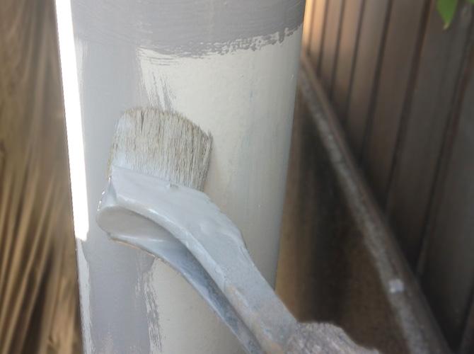 雨樋(竪樋)の塗装中のようすです。