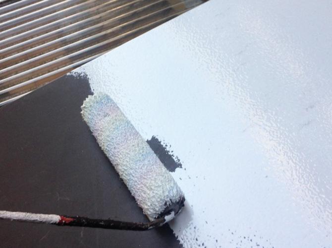 霧除け庇の下塗り施工中です。