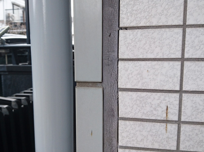 外壁目地部分のコーキング補修前です。