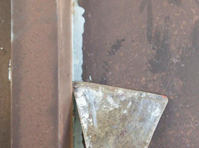 鉄部のサビ塗装前にケレン清掃で整えます。