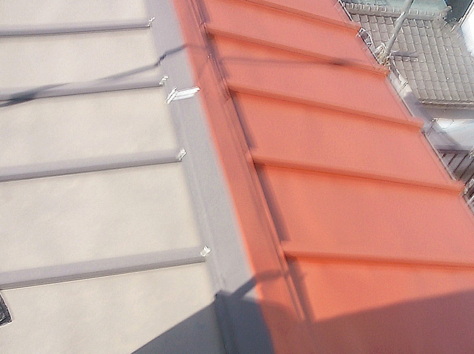 屋根の鉄部分の錆止め塗装中のようすです。