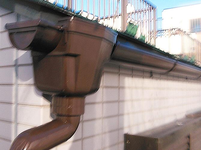雨樋の集水器廻りの塗装完了後のようすです。