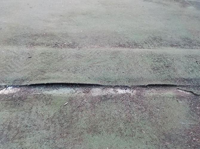 床の剥がれやひび割れは防水工事の時期です。