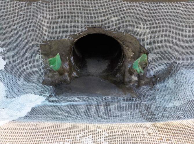 雨水を雨樋に流す改修ドレン廻りの施工中です。