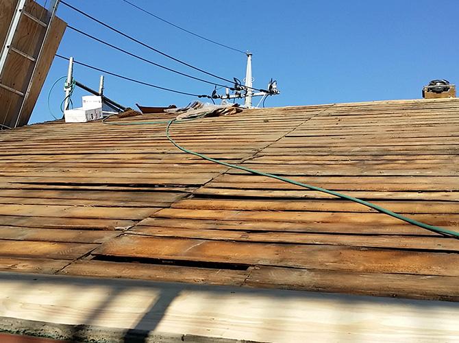 既存の屋根材を撤去した状態です。