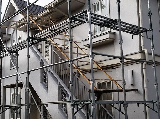 足場を設置して安全に塗装工事・交換工事を施工します。