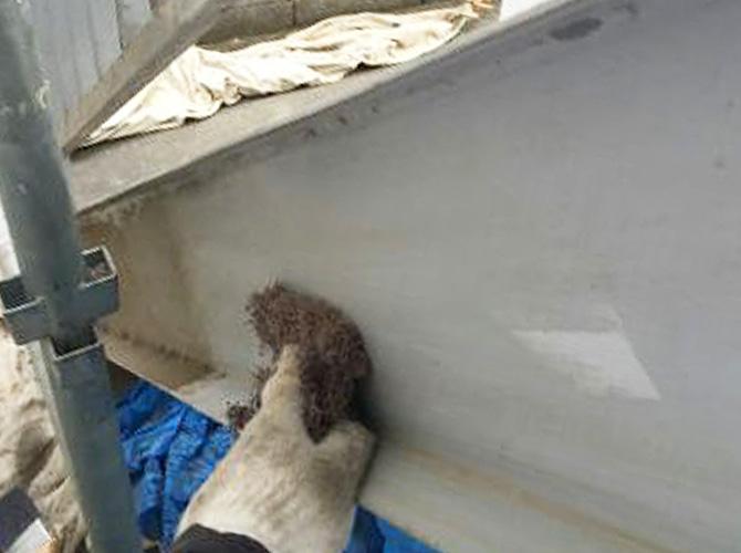 鉄部塗装施工前のケレン清掃中のようすです。