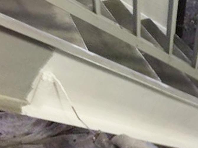 鉄骨階段の錆止め塗装中のようすです。