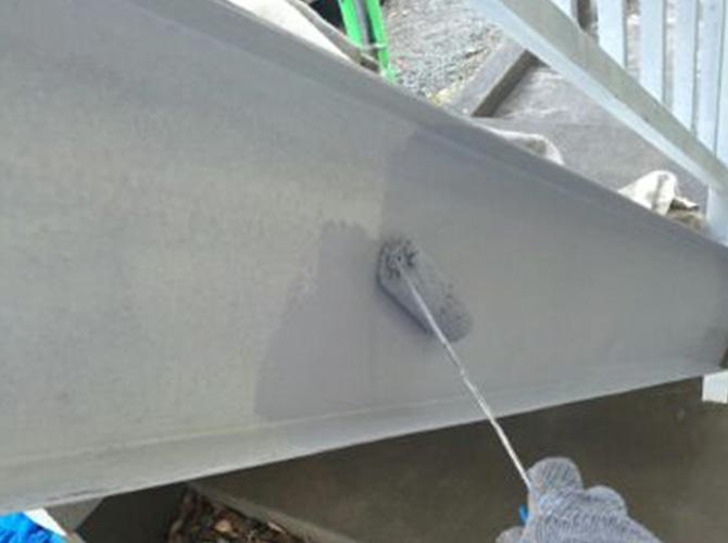 鉄骨階段の上塗り施工中のようすです。
