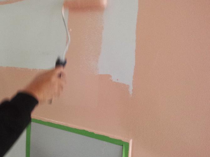 マンションの内壁塗装の施工中です。