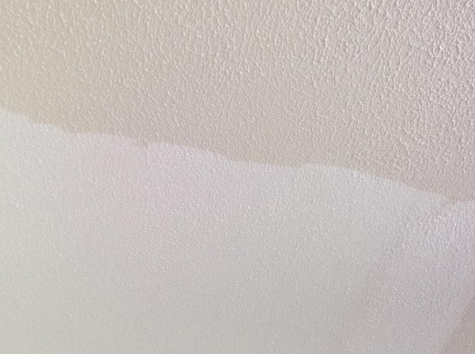 室内の天井塗装中のようすです。