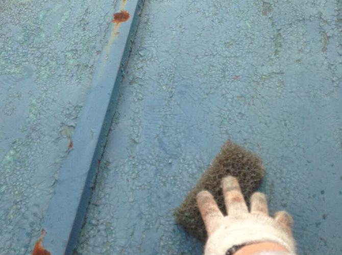 屋根塗装前のケレン清掃中です。