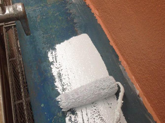霧除け庇の錆止め塗装中です。