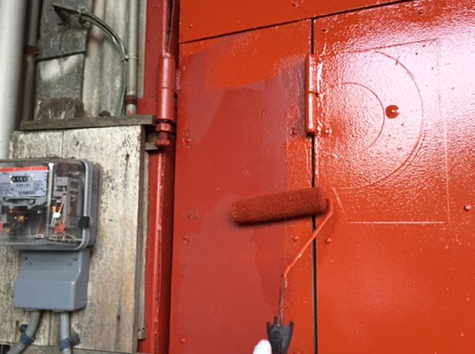 鉄扉塗装の上塗り施工中です。