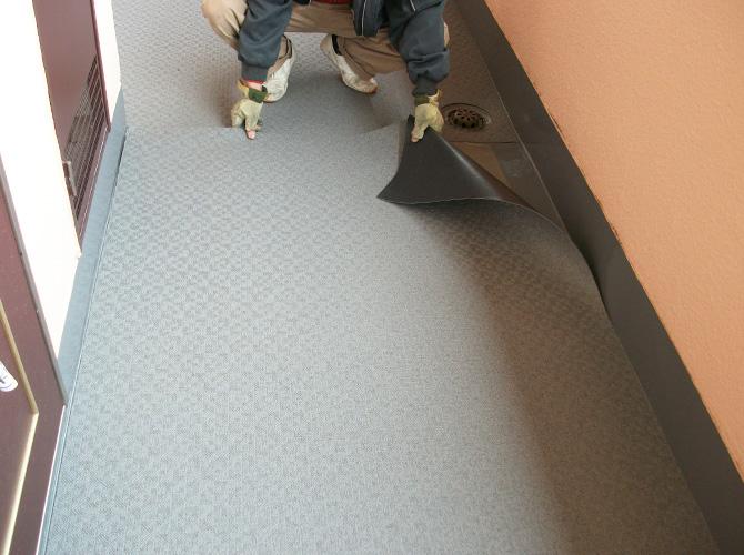共用廊下床部分の長尺シート設置中のようすです。