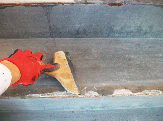 共用階段の長尺工事施工前の状態です。