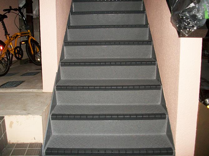 足立区アパート共用階段の長尺シート工事の施工後