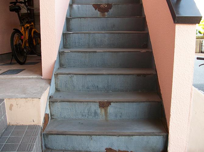 足立区アパート共用階段の長尺シート工事の施工前