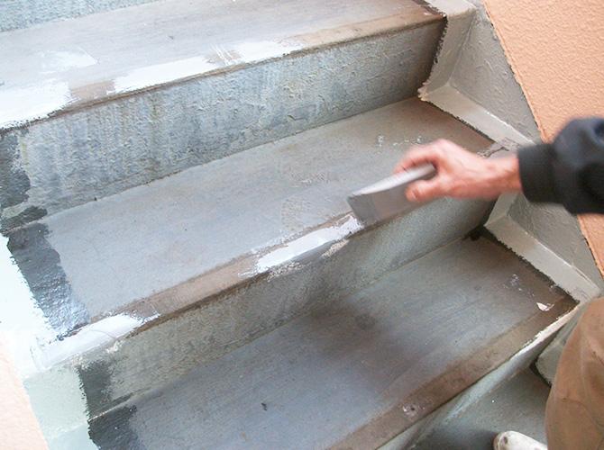 共用階段の下地調整中のようすです。