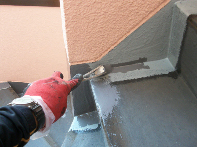 長尺シートを貼らない箇所の防水材塗布中です。