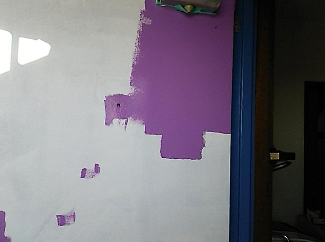 アパート玄関ドアの塗装中のようすです。