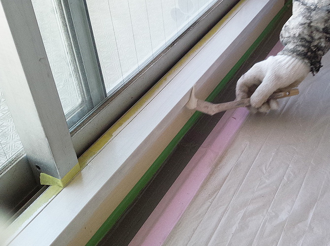 刷毛を使ってしっかりと塗装していきます。