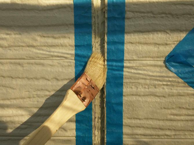 密着性を高めるためにプライマーを塗ります。