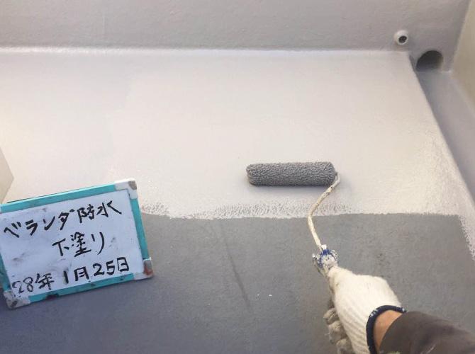 ベランダ防水工事の下塗り施工中です。