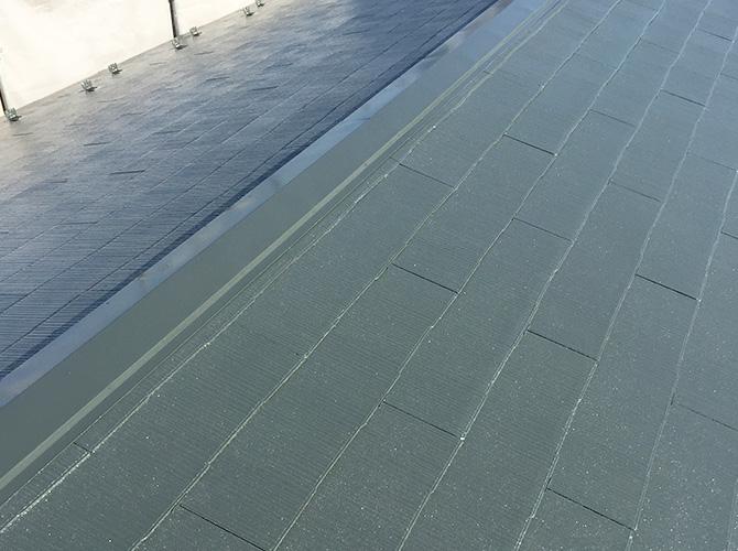 屋根塗装の中塗り完了後のようすです。