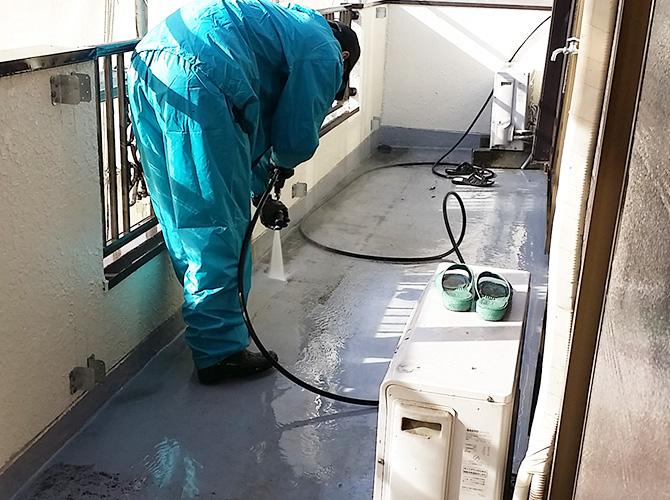 バルコニーの高圧洗浄の施工中です。