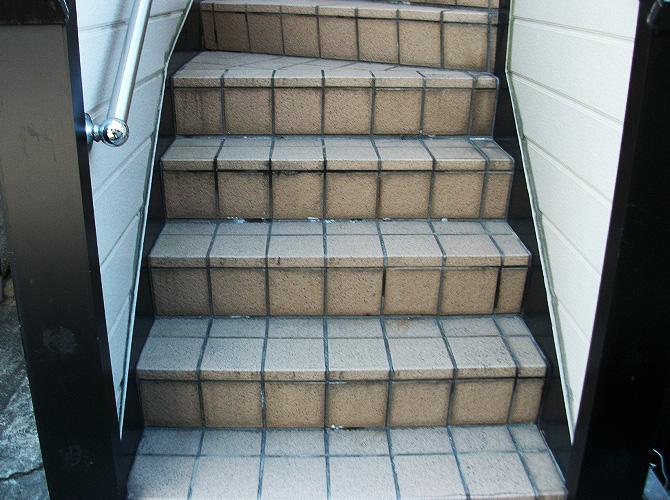 東京都新宿区アパートの階段長尺シート工事の施工前