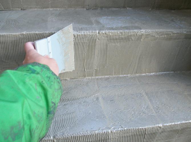 階段全体に接着剤を塗布します。