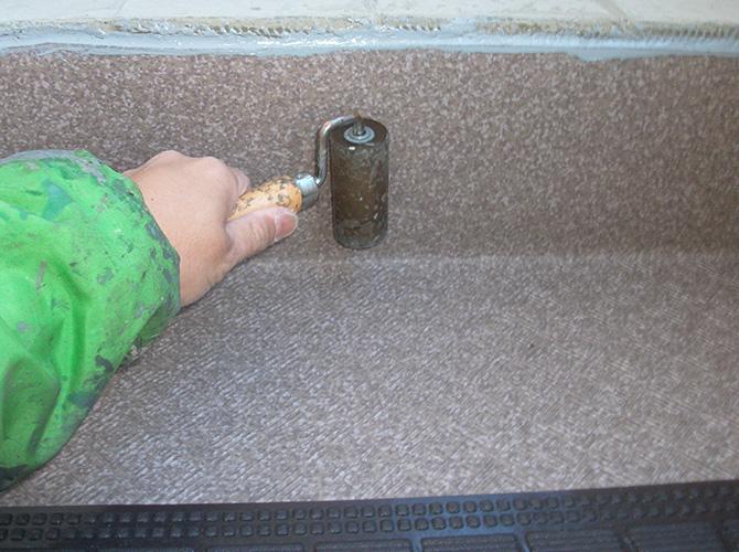 長尺シートをローラーで押さえ込みます。