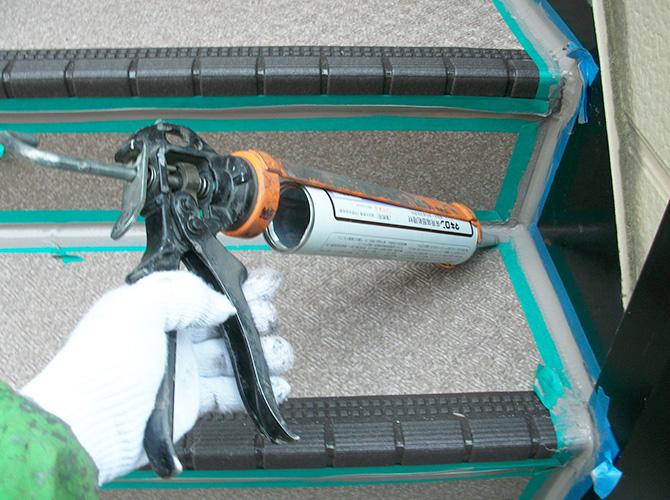長尺シートの境目をシーリングで補強します。