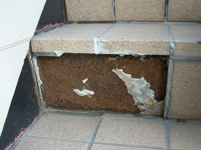 階段のタイルが剥がれている状態です。
