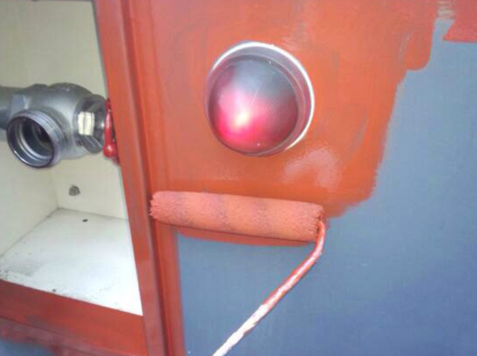 鉄部は錆止め塗料でサビを防止します。