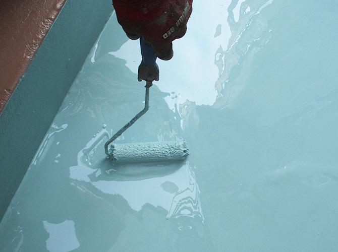 二層目のウレタン防水材塗布中のようすです。