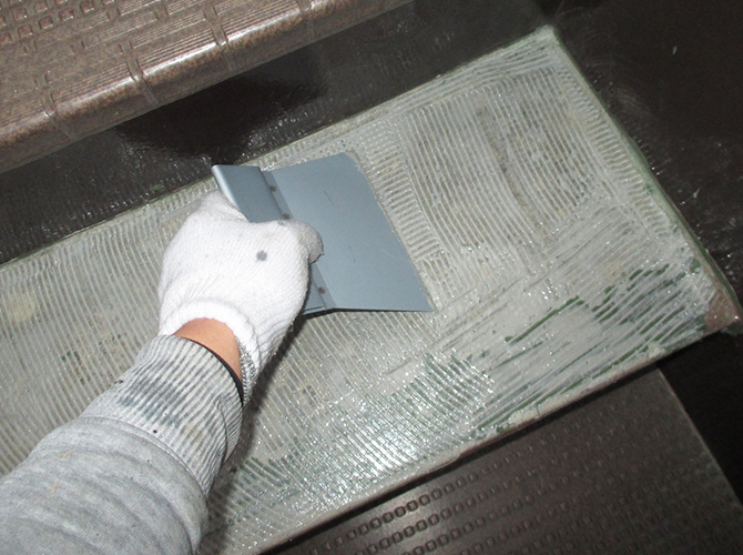 階段の接着材の塗布中のようすです。