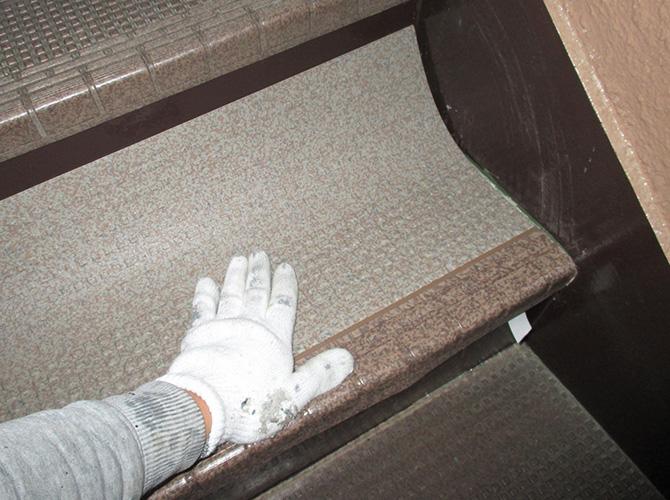 階段の長尺シートの張り付け中のようすです。