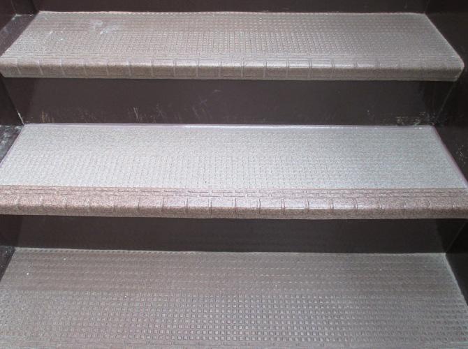 階段の長尺シート工事施工完了後です。